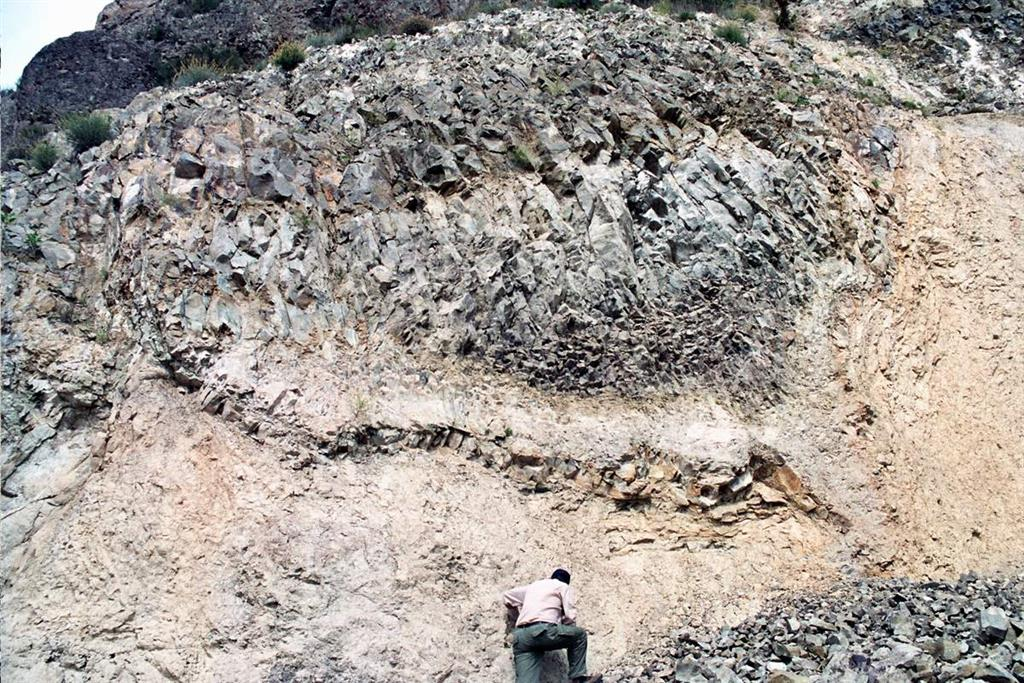 Derrame de coladas de lamproitas del domo del Cabezo Negro de Zeneta sobre las margas miocenas