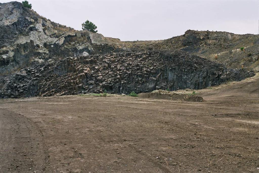 Domo central del volcán de Calasparra, constituido por lamproitas masivas (Foto F. Bellido, 2005)