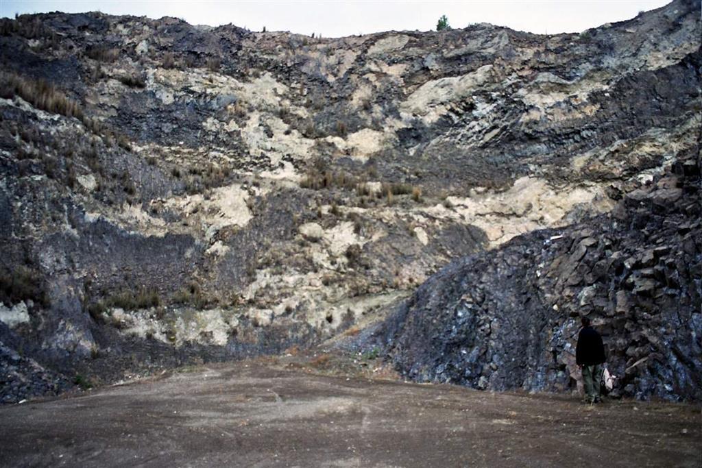 Borde del domo lamproítico central e intercalaciones complejas de depósitos volcanosedimentarios y de lavas del centro de emisión (Foto F. Bellido, 2005)