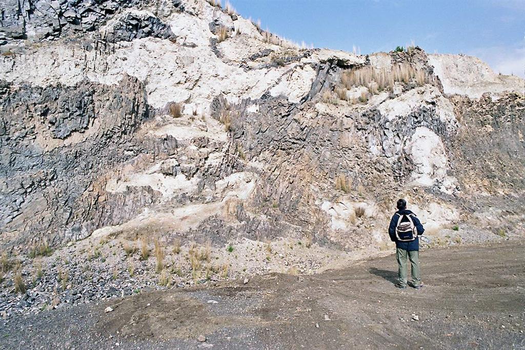 Relaciones entre brechas hidromagmáticas y volcanosedimentarias poligénicas de colores blanquecinos y coladas y masas lávicas de lamproitas de color oscuro (Foto F. Bellido, 2005)
