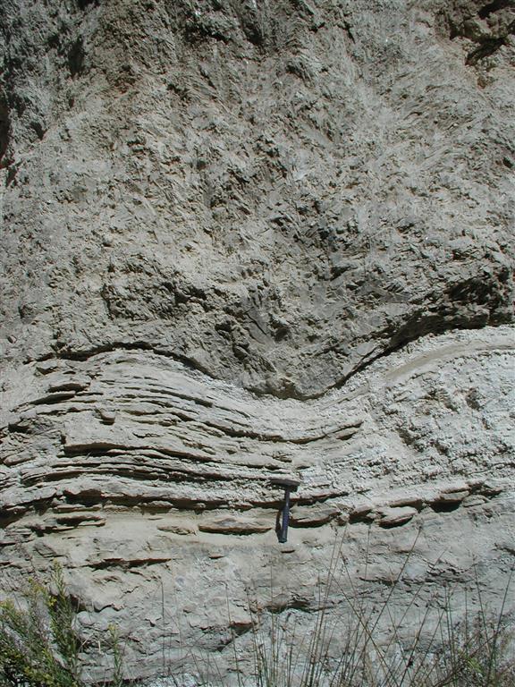 Núcleos de cristalización en la base del estrato yesífero deformando el estrato pelítico inferior (Bco. del Infierno)