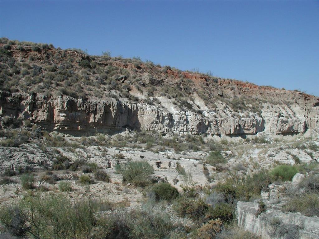 Vista general del afloramiento del Miembro Sorbas (materiales claros a muro) de facies playa-lagoon