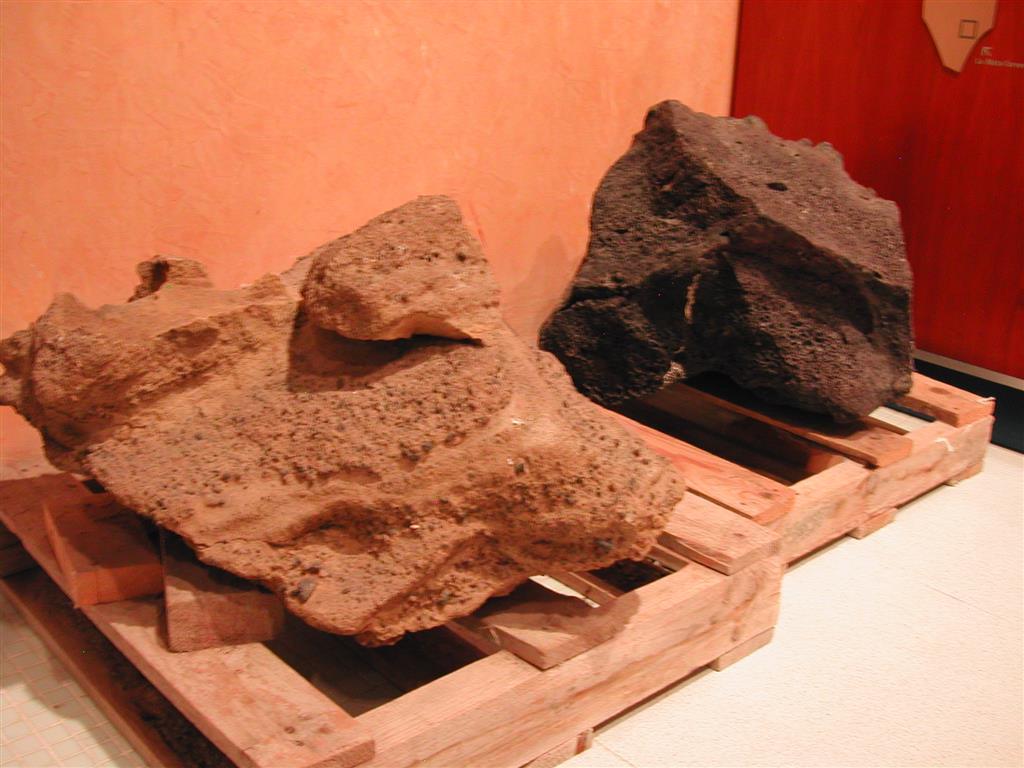 Muestras de rocas volcánicas de las Islas Columbretes: depósito piroclástico y basanita. Centro de Información del Parque Natural de las Islas Columbretes, situado en el Planetario del Grao de Cartagena.