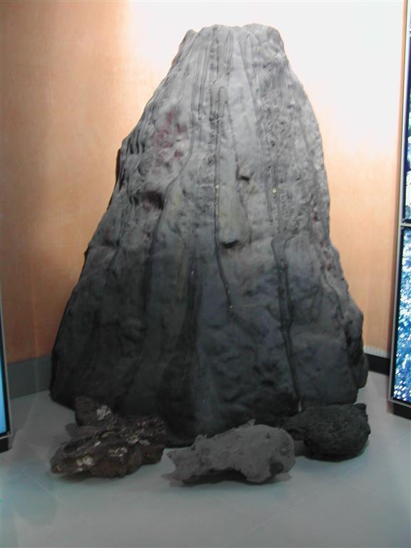 Modelo de volcán y ejemplos de tipos de rocas emitidas (brecha y lava). Centro de Información del Parque Natural de las Islas Columbretes, situado en el Planetario del Grao de Cartagena.