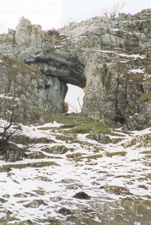 Ojo de Atxular. La fotografía lo muestra desde el exterior de Itxina. Forma la entrada natural al macizo y en origen es parte de una galería de cueva actualmente desaparecida. (Foto: Diputación Foral de Vizcaya - LURGINTZA)