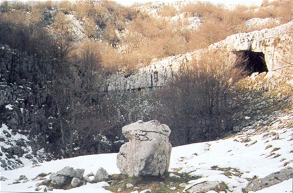 Dolina de Axlaor Tokea y Cueva de Supelegor. La boca de la cueva indica su formación a favor de los planos de estratificación. (Foto: Diputación Foral de Vizcaya - LURGINTZA)