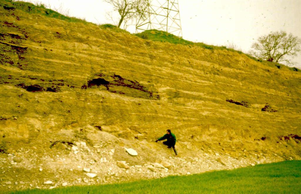 Depósito en discordancia erosiva de la terraza de los 15 M. del río Sió en su curso inferior sobre el Terciario.