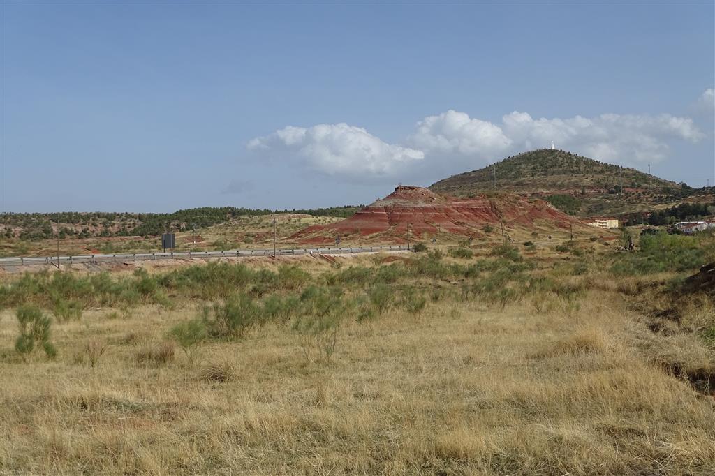 Al fondo, el cerro de Santa Bárbara, con su morfología de cerro testigo. En primer término, otro de los numerosos cerros testigo de la zona, generalmente de menor tamaño