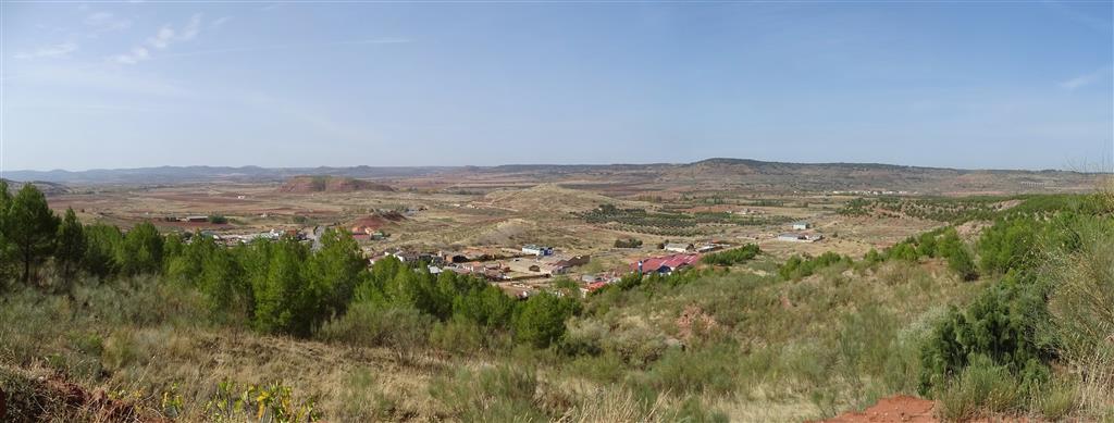Al fondo, espectacular superficie de erosión generada sobre los materiales carbonatados jurásicos del Campo de Montiel