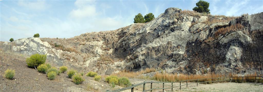 Borde del domo lamproítico central e intercalaciones complejas de depósitos volcanosedimentarios y de lavas del centro de emisión. Foto Á. García Cortés, 2016