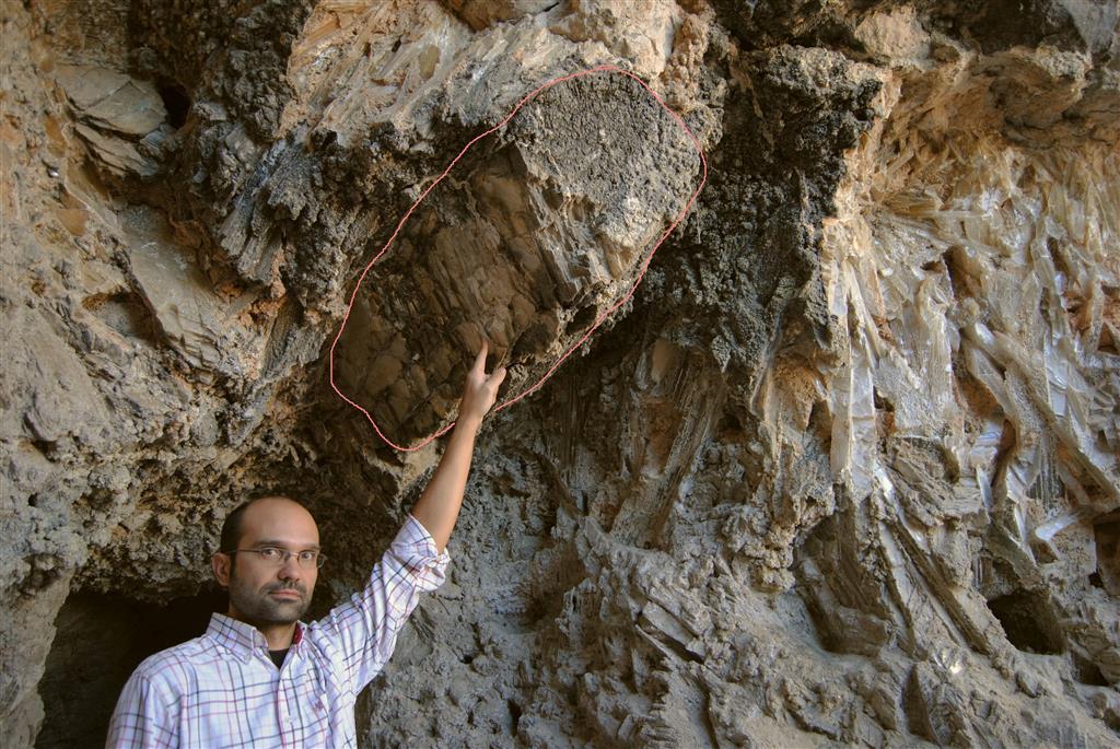Megacristal de yeso especular en la entrada a la mina romana de Cueva de Sanabrio (Saceda del Río, Huete)